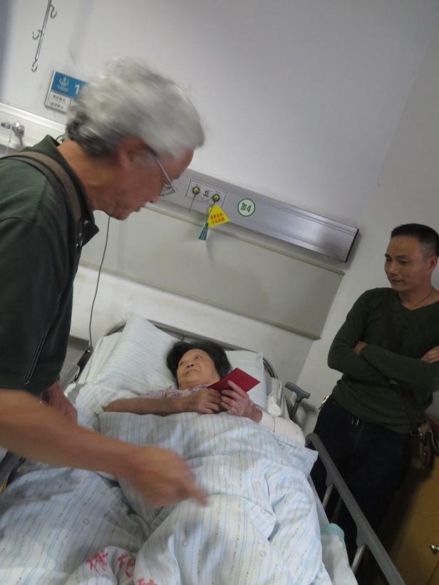 照片十一 賀英明在浙江衢外醫院慰問爛腳病患者