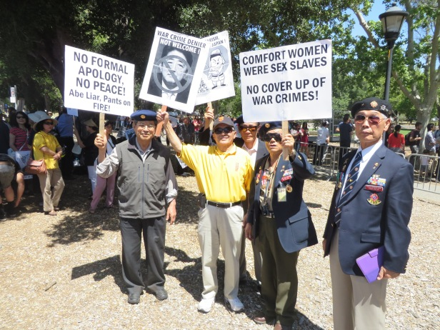 照片四 在史丹佛大學抗議安倍的示威遊行中韓國退伍軍人行列